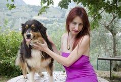 Galen hund med den unga sinnliga kvinnan Arkivfoto