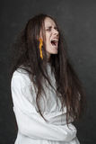 Galen kvinna som skriker i en tvångströja Arkivbilder