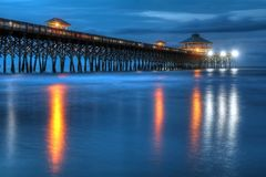 Galenskapstrand Pier At Blue Hour Charleston South Carolina Arkivfoto
