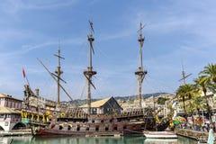 Galeone oud houten schip in een de zomerdag het Beeldidentiteitskaart in van Genua, Italië: 359833034 Stock Afbeeldingen