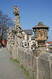Galería barroca de las estatuas en la manera a la iglesia del ` s del St Barbara en KUTNA HORA, REPÚBLICA CHECA imagenes de archivo