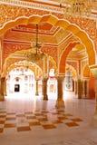 Galería de pilares en el palacio de la ciudad en Jaipur Imágenes de archivo libres de regalías