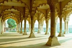 Galería de pilares en la fortaleza de Agra imagen de archivo