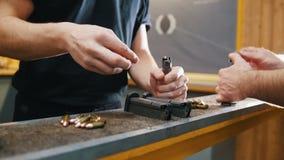 Galería de tiroteo Una carga del hombre joven el clip de cartucho almacen de metraje de vídeo