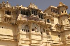 Galería del edificio principal del palacio de la ciudad de Udaipur fotos de archivo