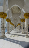 Galería en la mezquita magnífica Sheikh Al Zayed en Abu Dhabi Foto de archivo libre de regalías
