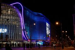 Galería que hace compras iluminada Katowice polonia foto de archivo