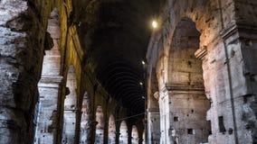 Galerías circulares iluminadas de Colosseum en Roma, Italia Fotografía de archivo libre de regalías