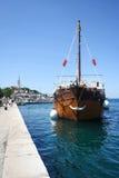 Galera ancorada na doca em Rovinj Imagem de Stock Royalty Free