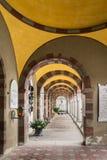 Galeria łuki i kolumnada wśrodku cmentarza San Candi obrazy stock