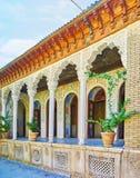 A galeria arqueada da mansão de Zinat Ol-Molk em Shiraz, Irã Fotos de Stock
