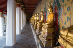 Galeria com esculturas antigas da Buda assentada no templo budista Wat Arun Banguecoque, Tailândia Fotografia de Stock