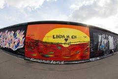 Galeria da zona leste - arte e grafittis da rua em Berlim, Alemanha Fotografia de Stock Royalty Free