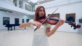 Galeria de arte e uma senhora que joga o violino filme