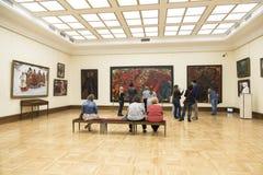 Galeria de Tretyakov do estado Visitantes ao salão do artista do russo do 19o - século XX Malyavin Philip, Moscou fotografia de stock