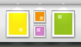 Galeria interior com quatro quadros brancos vazios na parede Imagem de Stock