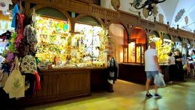 A galeria principal do mercado do artesanato de Hall Sukiennice de pano em Krakow, Polônia video estoque