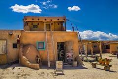 Galeria sztuki otwarty przy antyczną adobe Taos osadą dokąd rdzenni narody żyją dla 1000 rok - drzwiowa pozycja otwarta i zdjęcie stock