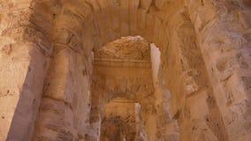 Galerie avec des voûtes et des colonnes de brique dans l'amphithéâtre de l'EL Jem, inclinant la vue banque de vidéos