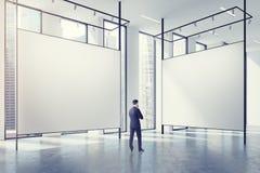 Galerie dans un grenier, homme Images stock