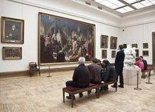 """Galerie de Tretyakov, visiteurs près de la peinture Vasily Perov """"Nikita Pustosvyat Conflit au sujet de la foi """"Moscou photos libres de droits"""