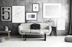 Galerie im gemütlichen Wohnzimmer stockfotografie