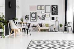 Galerie im minimalen offenen Raum stockbild