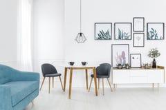 Galerie im Wohnzimmerinnenraum stockfoto