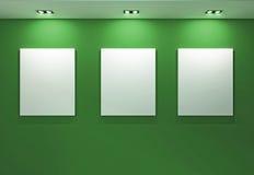 Galerie-Innenraum mit leeren Feldern auf grüner Wand Stockfoto