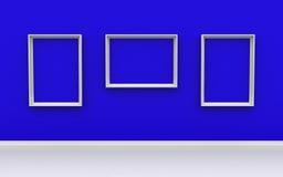 Galerie-Innenraum mit leeren Rahmen auf blauer Wand Stockbilder