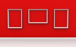 Galerie-Innenraum mit leeren Rahmen auf roter Wand Stockfotos