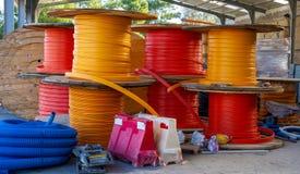 Galerie pour câbles en bois de bobines pour des fibres optiques Images stock