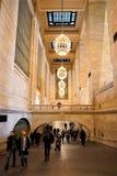 Galerie terminale de Grand Central avec de belles lampes de lustres images libres de droits