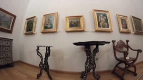 Galerie von Malereien und von Möbeln Transportwagenschuß stock video footage