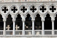 Galeriefenster des Palastes des Doges lizenzfreies stockfoto