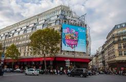 Galeries Lafayette fasad i Paris, Frankrike arkivfoto