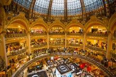 Galeries Lafayette wnętrze w Paryż, Francja obrazy stock