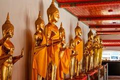 Galerij van standbeelden van Gouden Buddhas in de tempel van Doende leunen Boedha stock foto