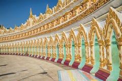 Galerij van U Min Thonze Temple van de holpagode Sagaynbuurt van de stad van Mandalay, Myanmar Stock Foto's