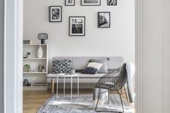 Galerij van zwart-witte affiches op de muur van elegant woonkamerbinnenland royalty-vrije stock foto