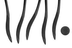 Galet d'hockey et cinq bâtons sur un fond blanc Photo stock