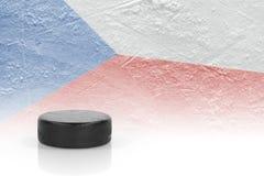 Galet d'hockey et un drapeau tchèque Photo libre de droits