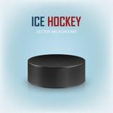 Galet d'hockey noir sur la patinoire - dirigez le fond Photographie stock libre de droits