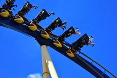 Galet folk som tycker om den Montu rollercoasteren Montu är en favorit av kustfartygentusiaster för dess sp royaltyfri bild