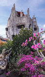 Galet hus som fördjupas i en frodig trädgård Royaltyfri Foto