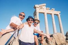 Galet lyckligt foto för familjselfielopp på den antika kolonnaden Arkivfoto