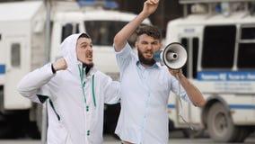 Galet och ilsket folkskri i högtalare Tumulter i staden av 4k lager videofilmer