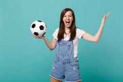 Galet skrikigt flickafotbollsfanjubel stöttar upp det favorit- laget med den fördelande handen för fotbollbollen som isoleras på  royaltyfri fotografi