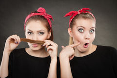 Galet stift upp retro flickor som gör roliga framsidor Fotografering för Bildbyråer