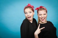 Galet stift upp retro flickor som gör roliga framsidor Arkivfoton